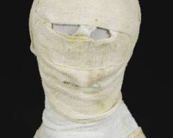 Liam Neeson concealing bandage/hood from Darkman